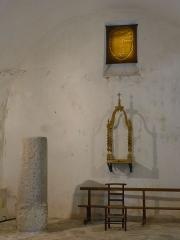 Borne milliaire gallo-romaine - Français:   Après avoir roulé jusqu\'en bas de la colline la borne milliaire gallo-romaine fut mise à l'abri dans la chapelle Notre-Dame des Anges prés du château de Rochemaure en Ardèche.