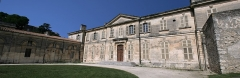 Evêché - Deutsch: Das Rathaus der Stadt Viviers. Dieses Gebäude ist ein ehemaliger Bischofssitz, der durch den Architekten  Jean-Baptiste Franque im Jahre 1737 entworfen wurde; zum monument historique klassifiziert durch Dekret vom 12. Juni 1989. Es hat einen schönen halbrunden Vorplatz. (Panorama aus drei Fotos mit hugin montiert, retuschiert mit gimp)