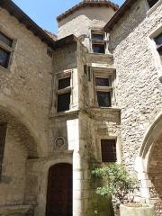Immeuble dit Lacombe, à la base du clocher de la cathédrale - Français:   Cour de la Maison de Sampzon à Viviers (Ardèche)