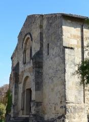Eglise-temple - Français:   Église-temple de Beaumont-lès-Valence, un rare exemple d'œcuménisme. Construite au 11° siècle, ravagée par les guerres de religion, restaurée en 1748 pour devenir une église-temple. De1805 à 2008 un mur séparait le chœur catholique de la nef protestante!