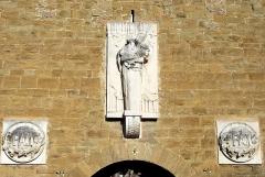 Porte de ville - Français:   Détail de la porte de Chabeuil, Drôme.