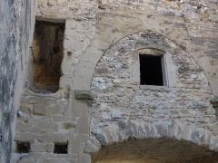 Porte fortifiée de l'ancien village - Français:   Porte fortifiée de l\'ancien village. on remarque le cadran solaire, et étroit escalier débouchant dans le vide, et des pigeons...
