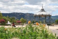 Kiosque Peynet - Français:   La kiosque Peynet de Valence avec des fleurs au premier plan et l\'Ardèche au dernier.