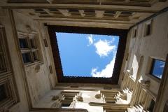 Maison des Têtes - Français:   Le ciel et les murs de la maison des Têtes depuis sa cour. Valence, Drôme.