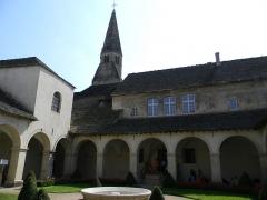Eglise - Français:   Vue sur l\'église Saint-Jean-Baptiste depuis l\'intérieur du couvent des Augustins, à Crémieu (Isère, France).