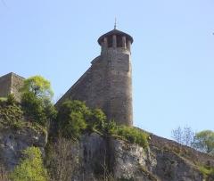 Tour de l'Horloge et tour carrée Saint-Hippolyte - Français:   Tour de l\'Horloge, surplombant la ville de Crémieu (Isère, France)