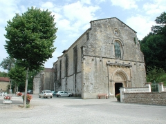 Eglise Saint-Pierre - This building is indexed in the Base Mérimée, a database of architectural heritage maintained by the French Ministry of Culture,under the reference PA00117212 .