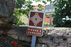 Bloc erratique à cupules - Français:   Pierre à cupules de La Verpillière, socle du monument aux morts.