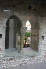 Couvent des Cordeliers (vestiges de l'ancien) - Français:   Moirans (Isère) - Fenêtre de la salle capitulaire de l\'ancien couvent des Cordeliers. Photo retouchée pour éliminer les reflets sur la vitre de protection.
