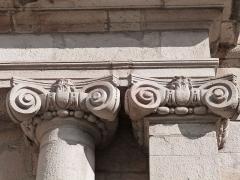 Chapelle des Pénitents du Confalon - Français:   Chapiteaux ioniques de l\'une des deux colonnes et de l\'un des deux piliers qui encadrent le portail de la chapelle des Pénitents du Confalon