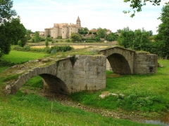 Pont sur l'Aix - English: Pommiers, pont ancien sur l'Aix et vue sur l'abbaye