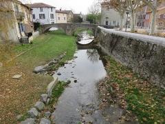 Pont (vieux) - Français:   Côté aval du Garon à Brignais (Rhône, France), avec en fond le pont Vieux (MH).