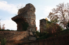 Aqueduc gallo-romain du Gier dit aussi du Mont-Pilat (également sur communes de Brignais, Chaponost, Sainte-Foy-lès-Lyon, Mornant, Soucieu-en-Jarrest) - Français:   Piles de l\'Aqueduc du Gier - Fort Saint-Irénée.