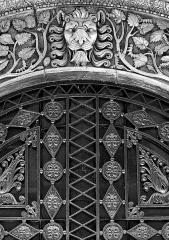 Ancienne condition publique des Soies - Français:   Détail du portail