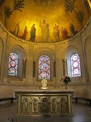Eglise Saint-Martin-d'Ainay - L'abside de la basilique et son autel. Les pilastres sculptés sont d'époque romane, les vitraux du XIXème siècle. La peinture monumentale