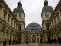 Hôtel de ville - Français:   Vue d\'ensemble de l\'intérieur de la cour