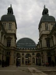 Hôtel de ville - Français:   Cours intérieure de l\'hôtel de ville