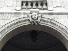 Hôtel-Dieu - Français:   Arcade du passage d\'entrée au Cloître ou Cour d\'Honneur de l\'Hôtel-Dieu de Lyon (69).