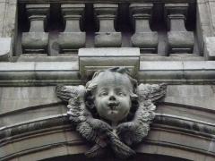 Hôtel-Dieu - Français:   Détail de l\'arcade du passage d\'entrée au Cloître ou Cour d\'Honneur de l\'Hôtel-Dieu de Lyon (69).