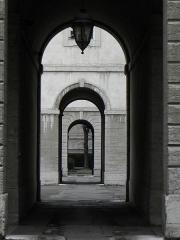 Hôtel-Dieu - Français:   Enfilade de porche à l\'Hôtel-Dieu de Lyon (69).