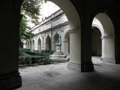 Palais Saint-Pierre ou ancienne abbaye des Dames de Saint-Pierre - Français:   Arcades des ailes sud et es du cloître du Palais Saint-Pierre de Lyon (69).