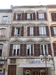 Immeuble - Français:   sculpture: bas-relief situé au-dessus de l\'entrée 638 et non 634