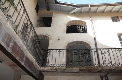 Immeuble - Français:   Cour de la Maison Roland à Villefranche-sur-Saône