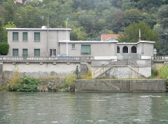 Villa - English: House of the French architect Tony Garnier in Lyon, view from a boat on the Saone river.