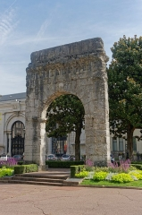 Arc de Campanus - This building is indexed in the Base Mérimée, a database of architectural heritage maintained by the French Ministry of Culture,under the reference PA00118163 .