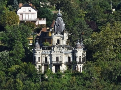 Château de la Roche du Roi - English: Sight, from the Tresserve hill, of Château de la Roche du Roi castle, in Aix-les-Bains, Savoie, France.