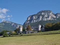 Château de la Batie - English: Sight of the château de la Bâtie castle, on the heights of Barby and Saint-Alban-Leysse, near Chambéry in Savoie, France. At the background can be seen the Nivolet and Peney mountains.