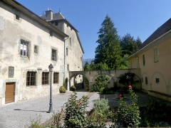 Ancien prieuré - English: Sight of the entrance inner court of Le Bourget-du-Lac priory, in Savoie, France.