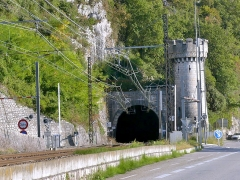 Tunnel de Brison - English: Sight, in the early evening, of the northern entrance and tower of the tunnel de Brison railway tunnel, in Savoie, France.