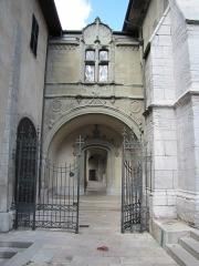 Archevêché - Français:   Chambéry Archevêché Musée Savoisien. Ancien couvent des Franciscains, reconstruit du 15ème au 17ème siècle. Evêché depuis 1777. Porte du cloître (vue d\'ensemble).