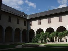 Archevêché -  Cloître de l'ancien couvent des Franciscains, actuel Musée Savoisien, Chambéry, Savoie, France.