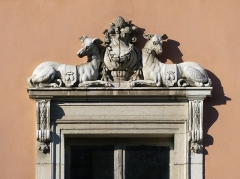 Château de Buisson Rond - English: Sight, enlighted by the morning sun, of two sculpted hounds on the window of the left part of Buisson-Rond castle front, in Chambéry, Savoie, France.