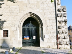 Château des Ducs de Savoie - English: Sight, in the morning, of the entrance portal into La Porterie passage leading to the city of Chambéry castle, in Savoie, France.