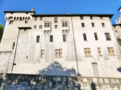 Château des Ducs de Savoie - English: Sight, in the very first lights of the morning, of the great fortified facade of Chambéry castle (Savoie, France), giving on the historical center.