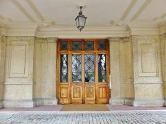 Château des Ducs de Savoie - English: Sight of the main entrance door of the Aile du Midi building, part of the Chambéry castle, in Savoie, France.