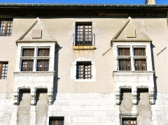 Château des Ducs de Savoie - English: Sight of medieval-type windows at the top of the great medieval facade of Chambéry castle, in Savoie, France.