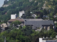 Eglise de Lemenc - English: Sight of the Lémenc hill and the cliffs of Les Monts, with visible the Saint-Pierre de Lémenc church and old Visitation convent, in Chambéry, Savoie, France.