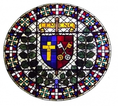 Eglise de Lemenc - English: Sight on a white background, of the stained glass circle on the top of the Saint-Pierre-de-Lemenc church front, on the heights of Chambéry, Savoie, France.
