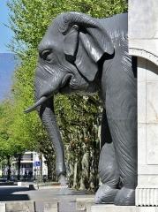 Fontaine des Eléphants - English: Sight of the profile of one of the four elephants of the fontaine des éléphants fountain of Chambéry, in Savoie, France.