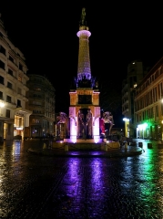 Fontaine des Eléphants - English: Sight, by night under the rain, of the fontaine des éléphants fountain, with one of the elephant wearing Santa Claus clothes (a few days after Christmas), in Chambéry, Savoie, France.