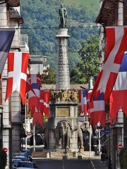 Fontaine des Eléphants - English: Sight of the fontaine des Éléphants fountain of Chambéry (Savoie, France), at the other end of the rue de Boigne street colored with Savoyan and French flags, in Savoie.