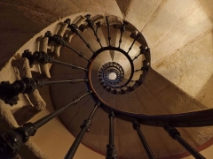 Immeuble - English: Inside sight, from the ground floor, of the spiral staircase of the Hôtel Dieulefis building, in Chambéry, Savoie, France.