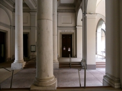 Palais de Justice - English: Sight of the gallery between the entrance door (left) and the inner courtyard (right) of the city of Chambéry courthouse, in Savoie, France.