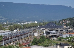 Remise ferroviaire dite rotonde SNCF - English: Sight of the SNCF depot of Chambéry, in Savoie (France), with the roundhouse at the background. Is also entering into the station, a TGV coming from Paris and bound for Milan in Italy