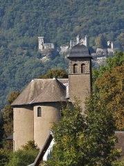 Eglise - English: Sight of the église de Chamousset church (foreground) and the château de Miolans castle (background), from Chamousset village, in Savoie, France.