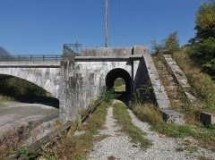 Tunnel hydraulique du Gelon et pont Royal - English:   Sight of the Pont Royal bridge (1853) arch tunnel crossed by a towpath, on the French commune of Chamousset, in Savoie.
